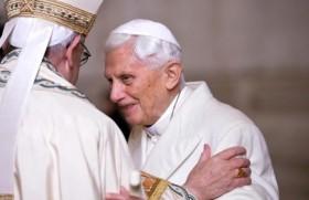 ससम्मान सेवा निवृत संत पापा बेनेडिक्ट 16वें के साथ संत पापा फ्राँसिस